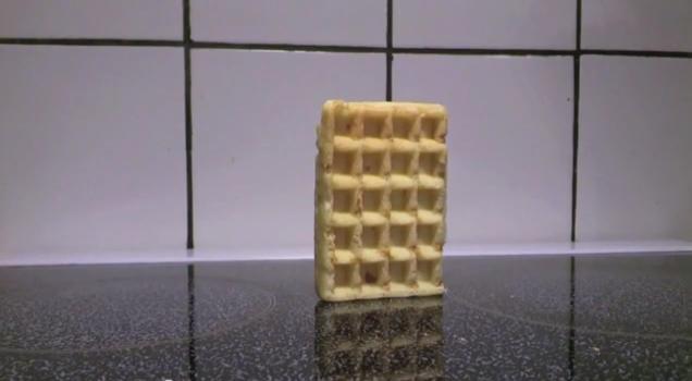 La extraña fama del waffle que se cae y se vuelve viral